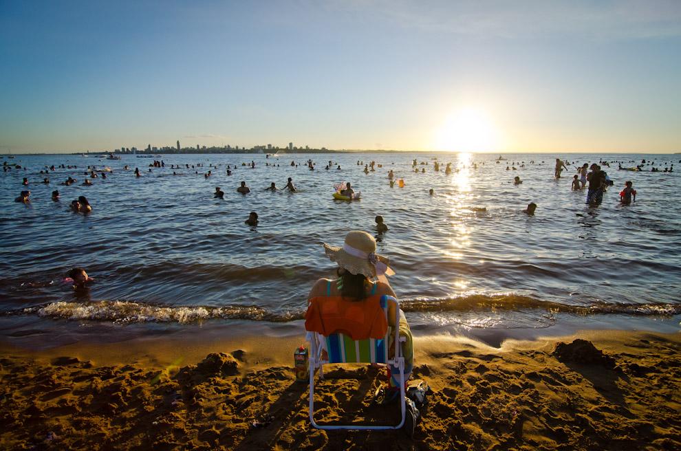 Una señora disfruta de las últimas horas de sol en la playa San José de Encarnación, así como muchas otras personas que asisten diariamente en dicha playa en los meses de Diciembre, Enero y Febrero. (Elton Núñez)