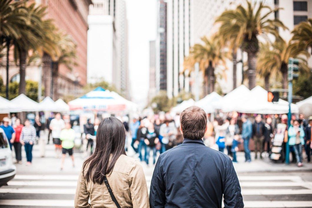 Imagen gratis de una pareja cruzando un paso de peatones