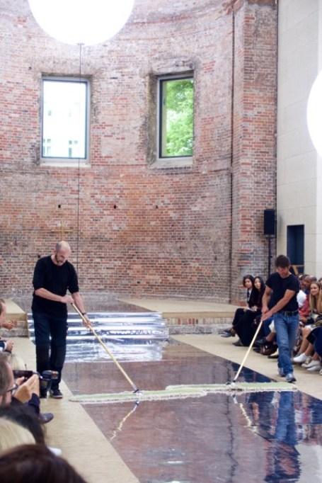 Gag: Vor Beginn wird noch einmal der Boden poliert. (Credit: Fashion-Meets-Media.com)