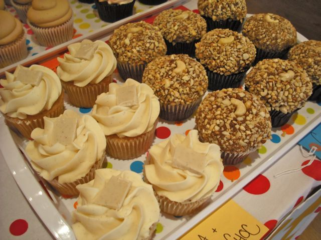 http://i0.wp.com/fatgayvegan.com/wp-content/uploads/2011/03/cakes-1.jpg?fit=640%2C480