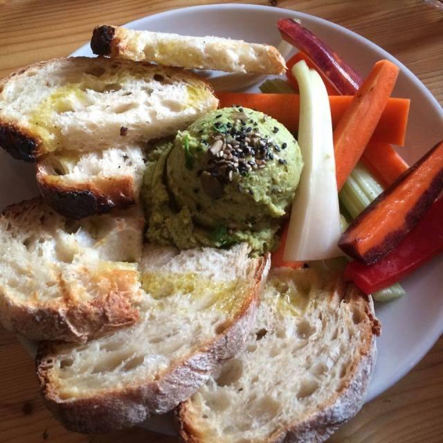 Spinach hummus & toasted sourdough with veggie sticks