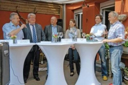 """Standen Rede und Antwort (v.l.): Dieter Bühler (SPD), Peter Riemensperger (FW), Dr. Klaus Peitz (Grüne), Dr. Katharina Kohlbrenner (CDU), Frederikos Fotis (FDP) und Moderator Hans-Jörg Habermehl (""""Beiwerk"""")."""