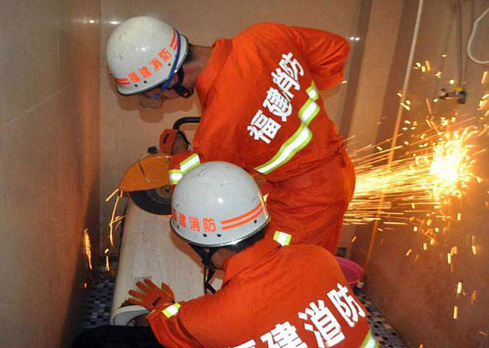 Chinese-Guy-Gets-Head-Stuck-Inside-The-Washing-Machine (1)