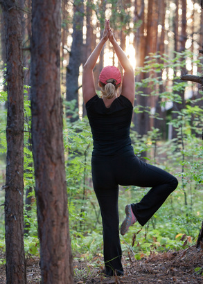 Photo fitness in the forest in the evening