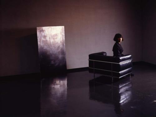 Rei Kawakubo en un sillón Le Corbusier