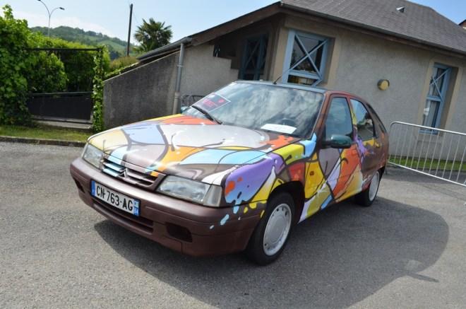 La voiture exposée à l'entrée de Festiv'Arts