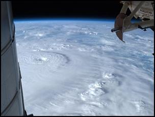 taifu23 【画像】台風を上空から見たら想像以上にビビる件!台風の驚異!台風の目