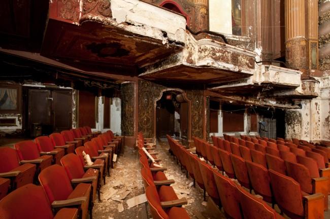 "Upadły ""pałac kinowy"", foto: Matt Lambros"