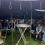 Gottesdienstgäste im Zelt