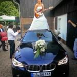 Hauptbild_Braut_auf_Auto