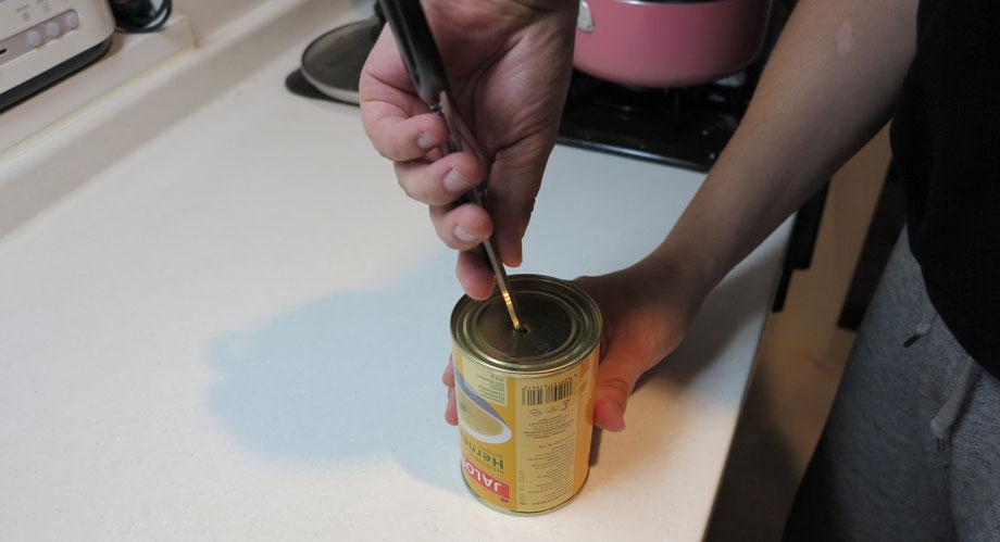 フィンランド人がこよなく愛する豆のスープの開け方。まず、底に穴を開ける。
