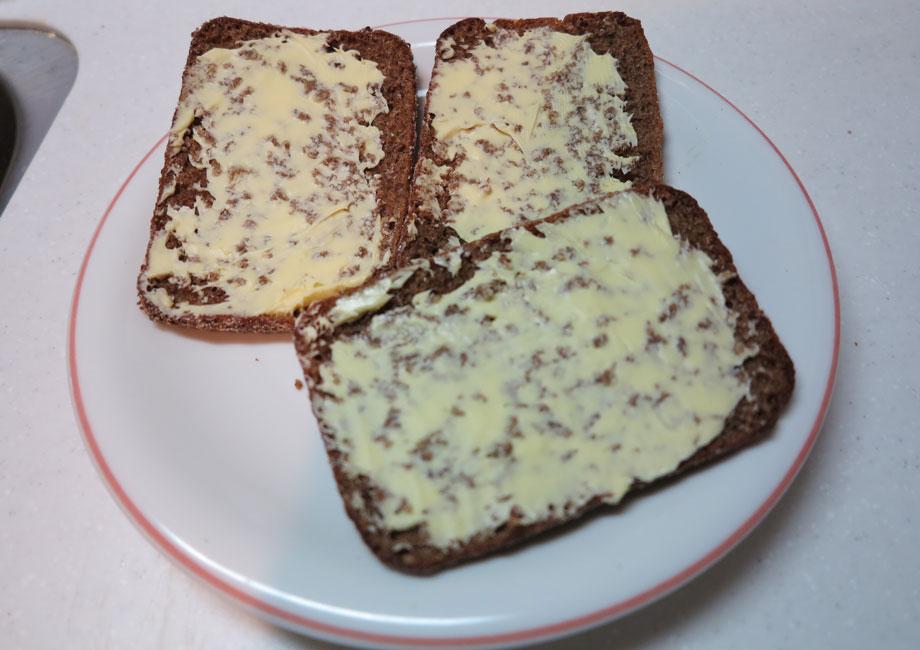 フィンランド人がこよなく愛する豆のスープ。付け合わせはライ麦パン
