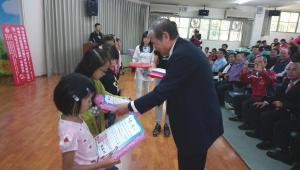 理事長陳弘毅頒發獎狀獎品給入選學生