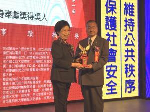 3.監察院長張博雅頒贈獎座、獎品、證書給前署長陳弘毅