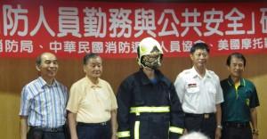 7.理事長捐贈三套消防衣給南投消防局