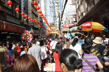 A crowd-filled Ongpin St.