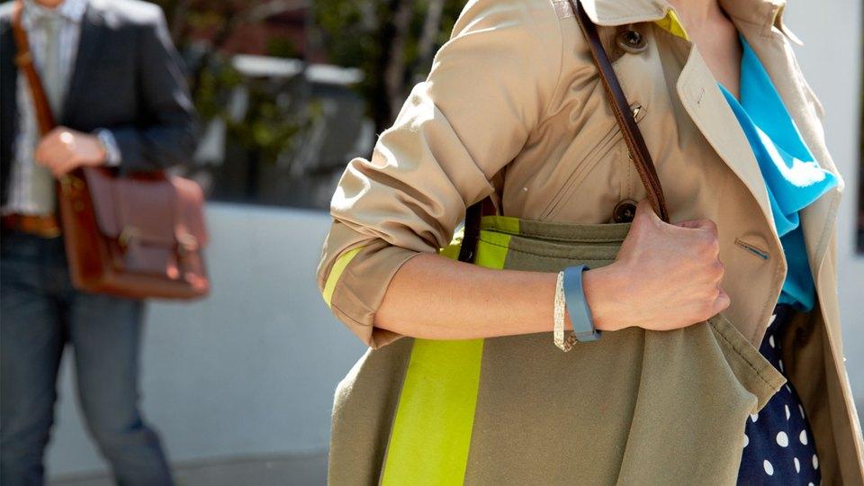 Fitbit vrouw met shoppingtas