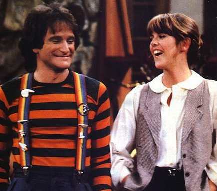 Alien Mork (Robin Williams) and human Mindy (Pam Dawber) in Mork and Mindy