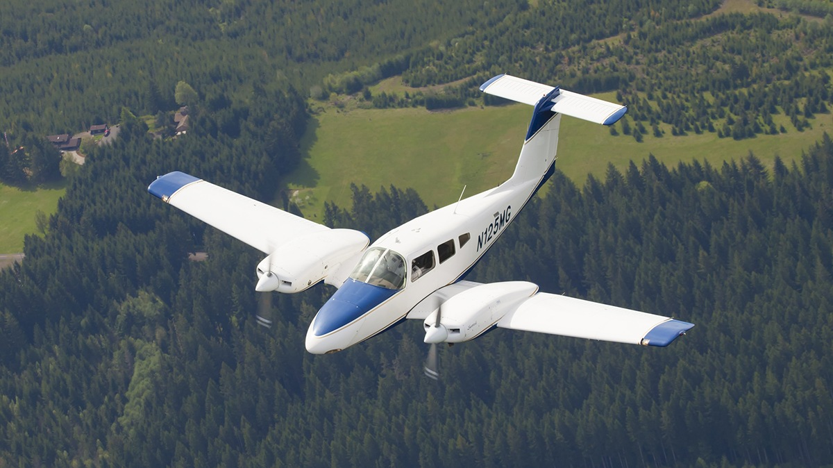 Airplane Lessons Pilot Training Hillsboroaeroacademy - Flying Plane Picture