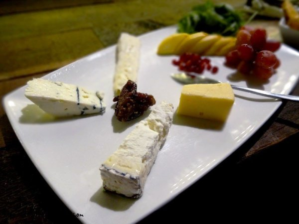 gourmet-cheese-plate-fruits
