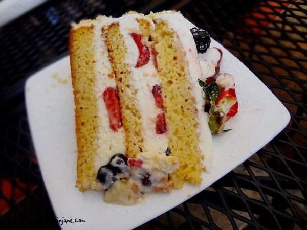 rum-cake-with-berries