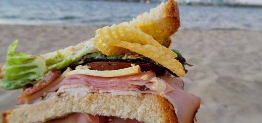 single-decker-club-sandwich-potato-chips