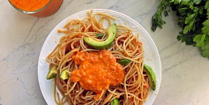 Nudeln mit Tomaten-Mandel-Salsa & Avocado (+ Portugal-Reisefotos)