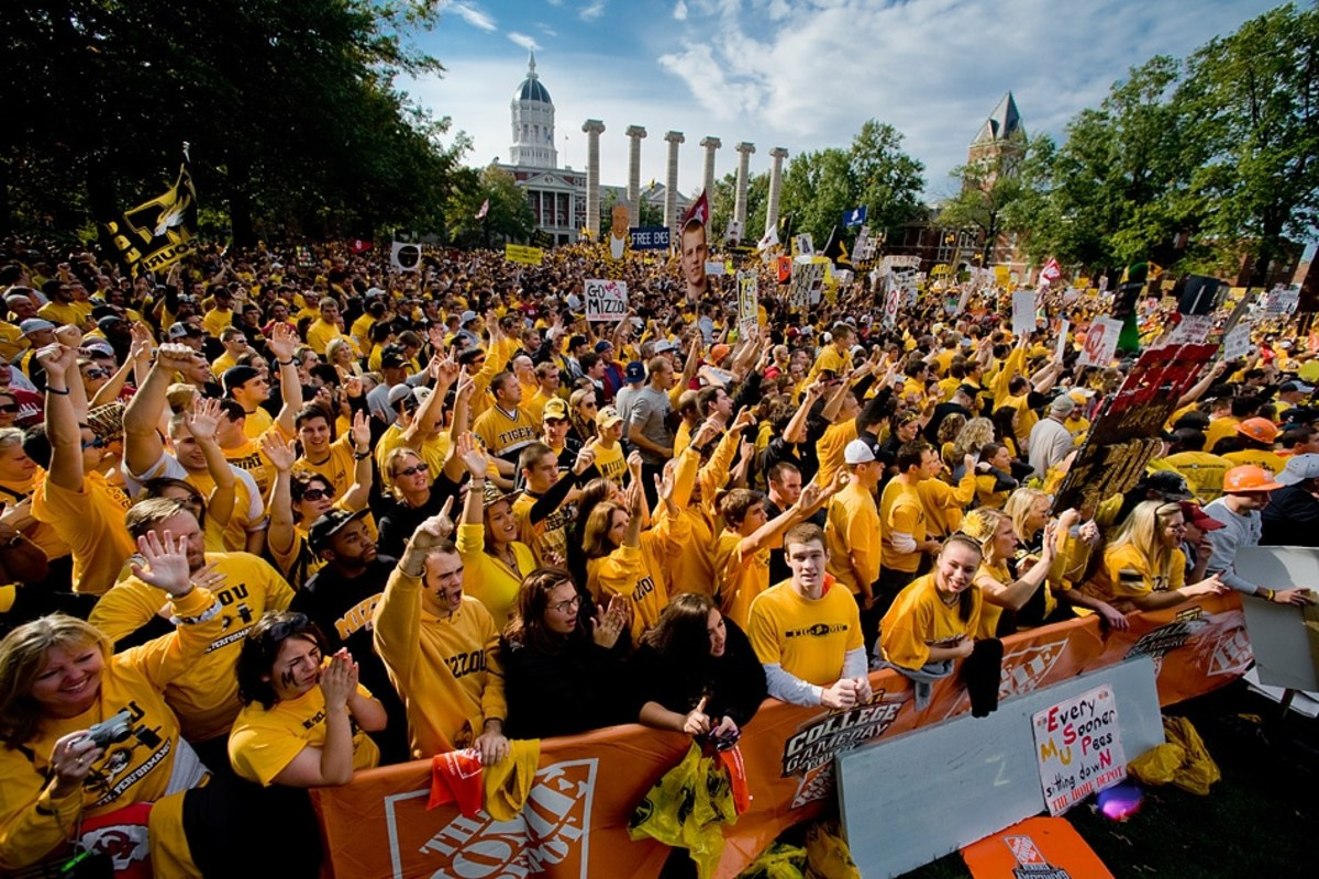 who plays football tomorrow night college gameday start time