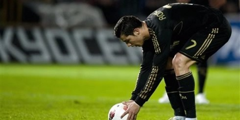 cristiano-ronaldo-497-preparing-the-spot-for-the-ball-before-taking-a-penalty-kick