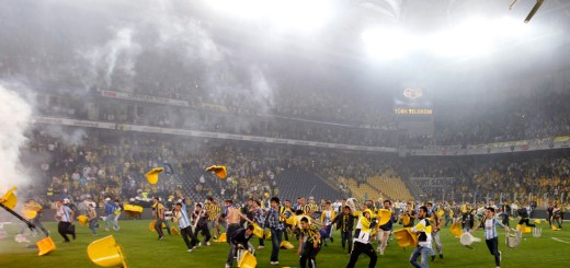 Image: Fenerbahce soccer fans clash with riot police after their team's Turkish Super League, Super Final match against Galatasaray at Sukru Saracoglu stadium in Istanbul