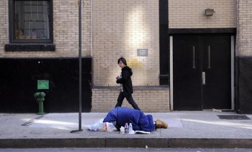 persona durmiendo en la calle en eeuu