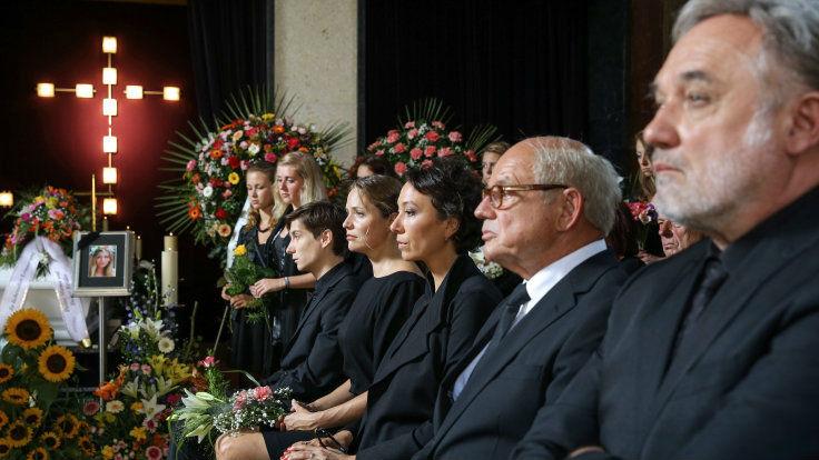 Der Abschied von Rosa fällt schwer. Doch bald haben die Hartmanns andere Sorgen. Foto: ORF/Mona Film/Petro Domenigg