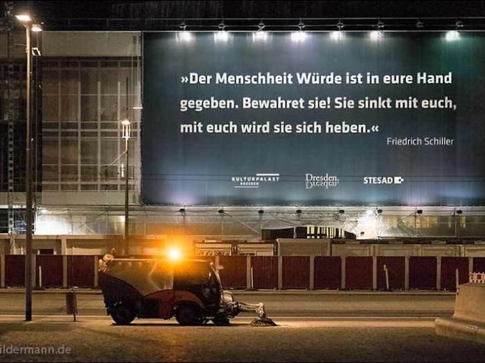 Nachtaufnahme vom Plakat am Dresdner Kulturpalast (www.bildermann.de)