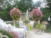 Shabby chic garden with patio furniture | Founterior