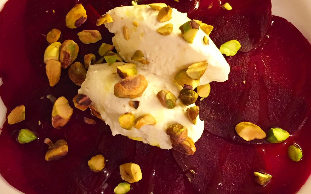 Rödbetscarpaccio med chevrecreme, vitlöksolja och rostade pistagenötter