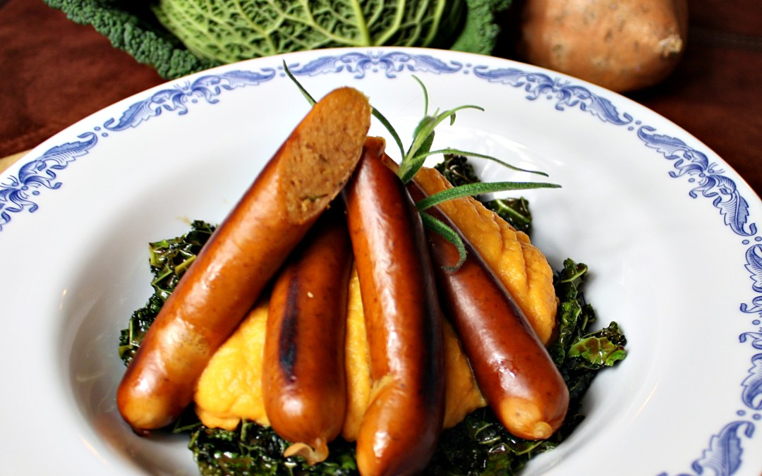 Korvish med sötpotatispuré och rosmarinolja på en bädd av stekt savoykål.