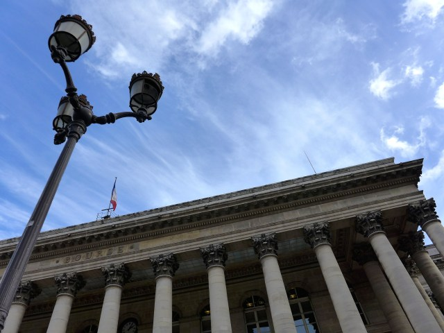 Sun break. Place de la Bourse, 2nd arrondissement