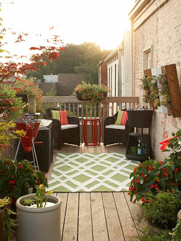 Kleine Dachterrasse gestalten - schöne Atmoshäre auf dem Balkon - kleine terrasse gestalten