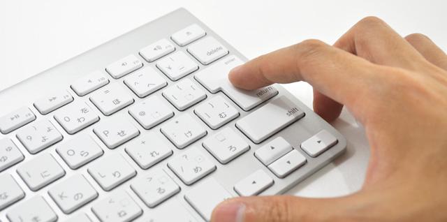 パソコンのキーボードを押す