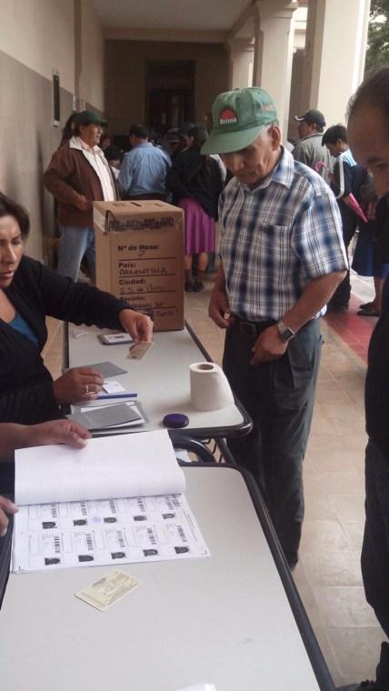 5 Mesas en Jujuy se aperturaron entre las 8:40 y 9:30 el retraso se debió a la afluencia de bolivianos y bolivianas que asistieron a votar.