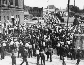 A pay day in 1939 when employment was mounting in the pre- World War II period. This picture was made prior to November 1, 1939 when the Navy Building began on the grass plot shown on the right