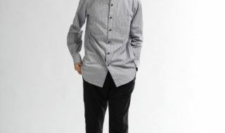HAREのグレーバンドカラーシャツを着こなす男性