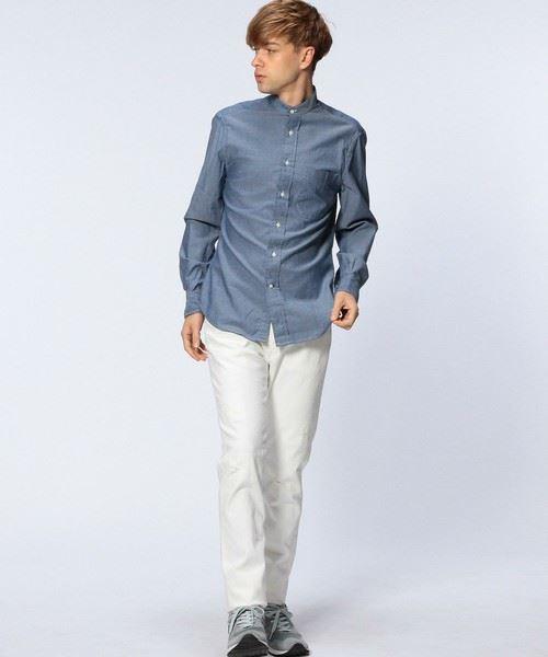 ギットマンブラザーズのバンドカラーシャツを着こなす男性