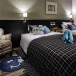 journal standard Furnitureプロデュースのホテルルームベッドサイド