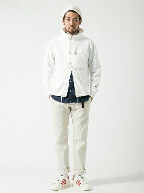 グラミチ白パンツと白マンパーのコーディネート