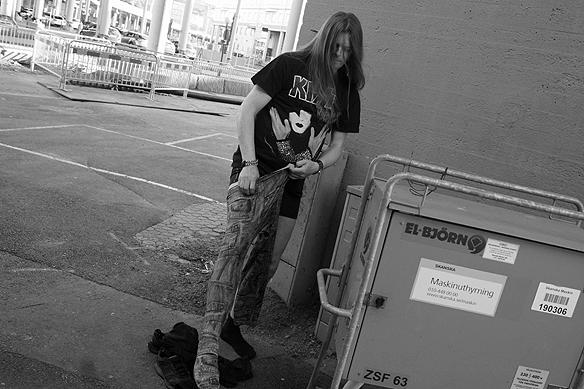 Peter Ahlborg byter om bakom en pelare under Götaälvbron till rockkläder med skinnjacka och tajts. Foto: Charlie Källberg