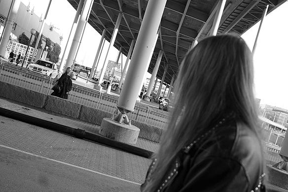 Många människor som gick förbi när Peter Ahlborg gjorde en fotosession under Götaälvbron kunde inte hålla sig för skratt när de gick se en rockstjärna posera utan hämningar. Foto: Charlie Källberg