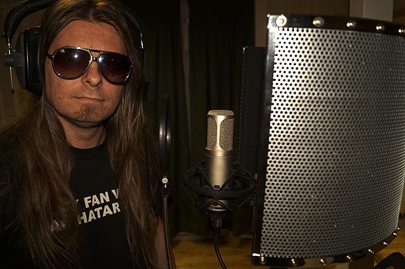 """Peter Ahlborg spelar in i studion. Just nu håller han på och färdigställer en låt som heter """"Ge mig mera kärlek"""". Foto: Mr Mojjo"""