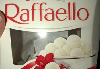 Wafer com Recheio de Amêndoa Coberto com Coco Raffaello Ferrero