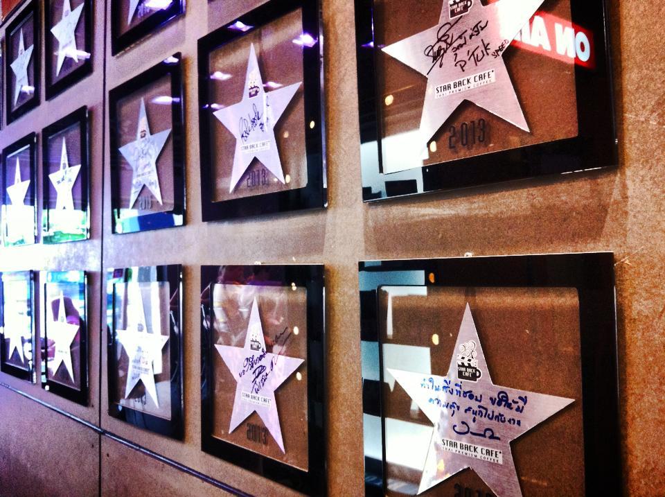 スターバックカフェ店内はタイ芸能人のサインが並ぶ